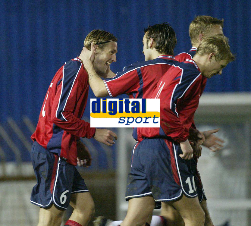 Fotball<br /> Treningskamp<br /> 18.02.2004<br /> Nord Irland v Norge<br /> Foto: Anders Hoven, Digitalsport<br /> <br /> Thorstein Helstad gratuleres etter innlegget som ble beinet i mål av Keith Gillespie