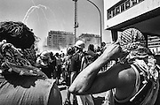 198 / G8-Gipfel in Genua 2001: EUROPA, ITA, ITALIEN, GENUA, LIGURIEN,18. bis  22. Juli 2001: Demonstranten bereiten sich auf Traenengas vor. Der G8-Gipfel in Genua war ein Treffen der Gruppe der Acht in der italienischen Stadt Genua. Der insgesamt 27. G8-Gipfel fand vom 18. bis zum 22. Juli 2001 statt. Er wurde von schweren Auseinandersetzungen zwischen der italienischen Polizei und Globalisierungskritikern, bei denen Carlo Giuliani von einem Polizisten erschossen und hunderte Personen verletzt wurden, ueberschattet. Die juristische Aufarbeitung dauert bis heute an.--- The Genoa Group of Eight Summit protest, from July 18 to July 22, 2001, was a dramatic protest, drawing an estimated 200,000 demonstrators. Dozens were hospitalized following clashes with police and night raids by security forces on two schools housing activists and independent journalists. People taken into custody after the raids have alleged severe abuse at the hands of police. - Marco del Pra / imagetrust - Stichworte: Anarchie, anarchy, Autonome, autonomi, black, Black Block, block, carlo giuliani, Civil Rights, clash, clashes, Demonstrant, Demonstranten, demonstration, demonstrator, demonstrators, demonstrieren, disobbedienti, disobedience, G8, G8 Gipfel, G8Gipfel, Gegner, genoa, genova, Genua, Gewalt, Gipfelgegner, Global, Globalisation, Globalisierung, Italien, italy, Krawall, Krawalle, Kritiker, Menschenrechte, Neoliberal, Neoliberalisums, No Global, police, Politics, Politik, Polizei, protest, protester, riot, Schwarz, summit, Treffen, violence, Weiss, Weltwirtschaft, Weltwirtschaftsgipfel, Wirtschaft, Wirtschaftsgipfel, Traenengas, Traenen, Kefiah, Palituch, Helm, Strassenschlacht,
