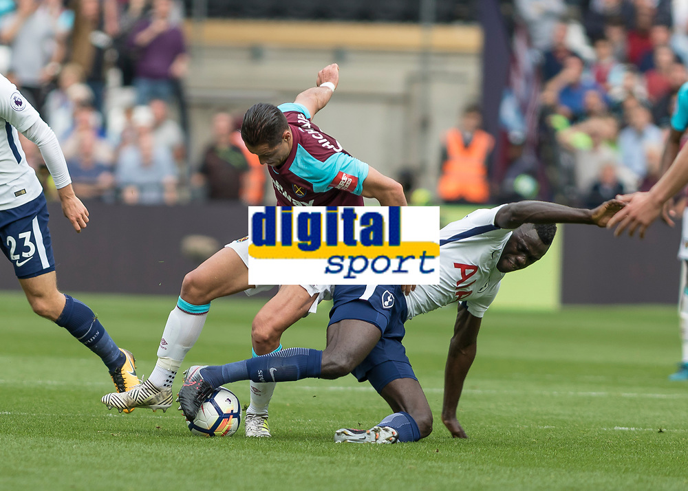 Football - 2017 / 2018 Premier League - West Ham United vs Tottenham Hotspur<br /> <br /> Javier (Chicharito) Hernandez (West Ham United)  and Moussa Sissoko (Tottenham FC) battle for the ball at the London Stadium<br /> <br /> COLORSPORT/DANIEL BEARHAM