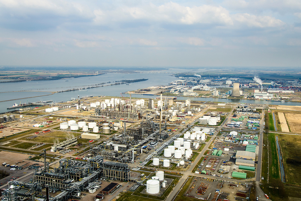 Nederland, Noord-Brabant, Gemeente Moerdijk 01-04-2016; Industrieterrein en havengbied Moerdijk met onder andere vestiging van Shell Chemie en warmte-krachtcentrale van Essent.<br /> Industrial and port area of Moerdijk, including Shell Chemical and Essent thermal power plant.<br /> luchtfoto (toeslag op standard tarieven);<br /> aerial photo (additional fee required);<br /> copyright foto/photo Siebe Swart
