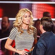 NLD/Hilversum/20160109 - 4de live uitzending The Voice of Holland 2015, presentatrice Wendy van Dijk, presentator Martijn Krabbe