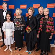 NLD/Amsterdam/20191114 - Prinses Beatrix en Prinses Margriet bij jubileum Dansersfonds, Emma Becker reikt bloemen uit aan Prinses Beatrix en Prinses Margriet, Alexandra Radius en Han Ebbelaar