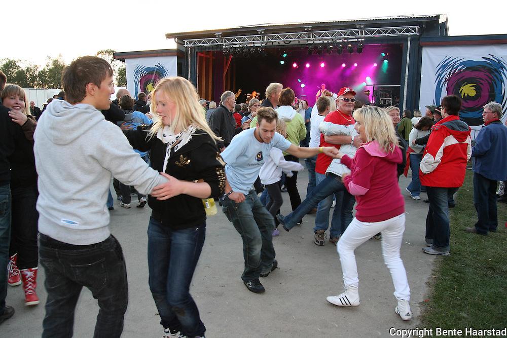 Det ble stemning på dansegulvet med Sven-Ingvars på Tydalsfestivaln. Foto: Bente Haarstad