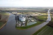 Nederland, Noord-Brabant, Dinteloord, 04-03-2008; SuikerUnie suikerfabriek in Stampersgat op de kruising van de Dintel (links) met het Mark-Vlietkanaal; gelegen in het weidse Brabantse akkerbouwgebied, leverancier van de bieten; silo, silo's, bieten, suiker, zoetstof, suikerbiet, biet. .luchtfoto (toeslag); aerial photo (additional fee required); .foto Siebe Swart / photo Siebe Swart