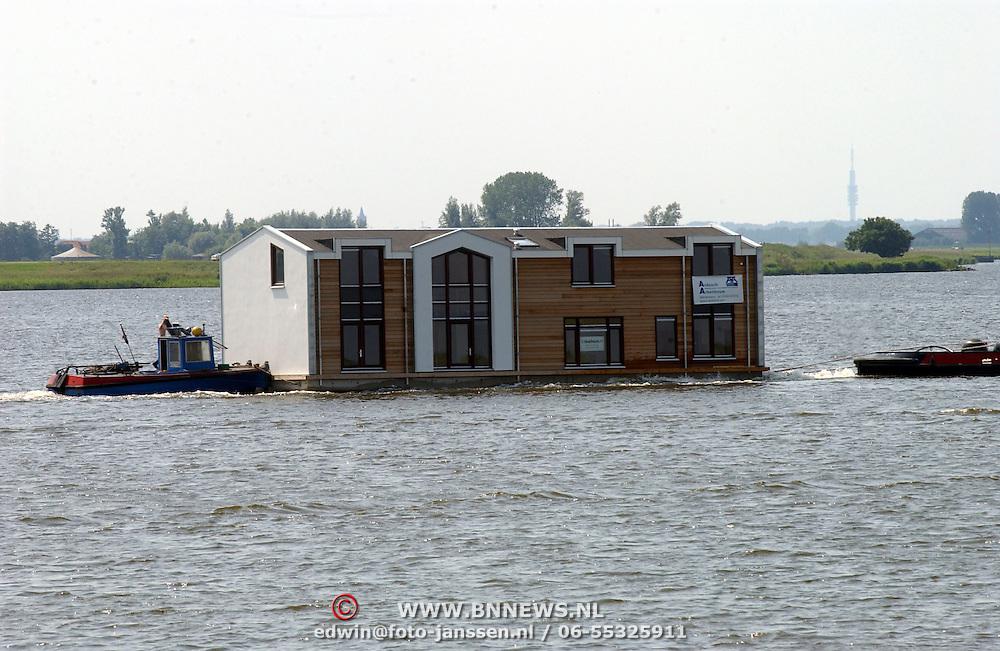 Vervoer van woonark over het Gooimeer bij Huizen