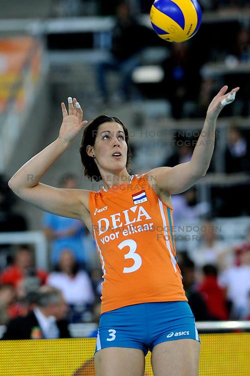 04-10-2009 VOLLEYBAL: FINALE EUROPEES KAMPIOENSCHAP NEDERLAND - ITALIE: LODZ <br /> De Nederlandse volleybalvrouwen zijn er niet in geslaagd om het goud te pakken. Italie was met 3-0 te sterk / Francien Huurman<br /> &copy;2009-WWW.FOTOHOOGENDOORN.NL