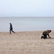 19.03.2017 Timmendorfer Strand/Niendorf.<br /> &quot;Kann man damit auch Bernstein finden?&quot; er rollt die Augen &quot;Touristen!&quot;. Es ist die am h&auml;ufigsten gestellte Frage an den Schatzsucher aus dem nahen Bad Schwartau. Was er finden will sind M&uuml;nzen, sie haben meist keinen gro&szlig;en Wert, &quot;Auf Ebay gibts die Kiloweise f&uuml;r ein paar Euro.&quot; Was er bereits Kiloweise gefunden hat sind Kronkorken &quot;die landen nat&uuml;rlich gleich im M&uuml;ll&quot;.<br /> <br /> &copy;Harald Krieg