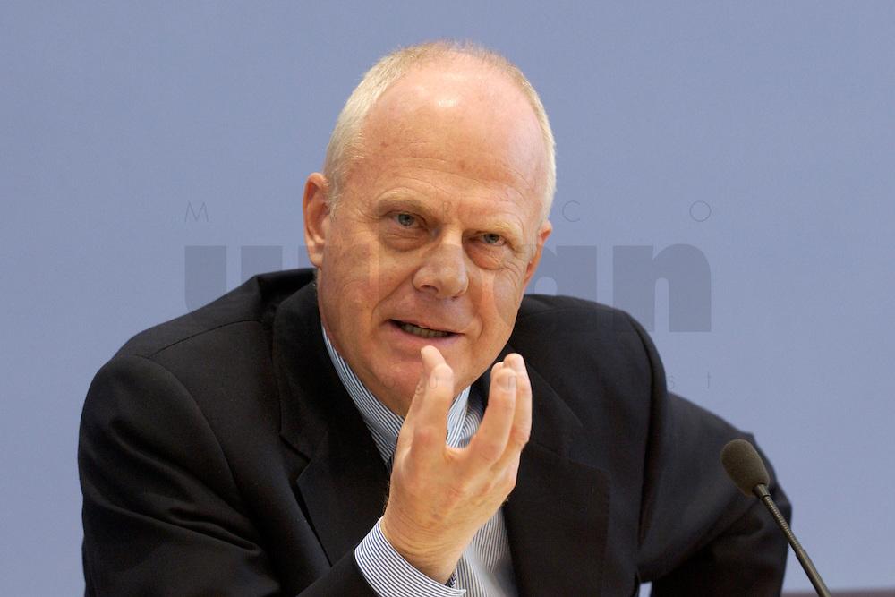 """13 MAY 2004, BERLIN/GERMANY:<br /> Prof. Meinhard Miegel, Buergerkonvent und Leiter des Instituts fuer Wirtschaft und Gesellschaft Bonn e.V., IWG Bonn, packt seine Aktentasche aus, vor Beginn der Pressekonferenz """"Fuer ein besseres Deutschland"""" - eine Aktionsgemeinschaft von 10 Reforminitiativen mit Forderungen an die Politik, Bundespressekonferenz<br /> IMAGE: 20040513-01-029<br /> KEYWORDS: Bürgerkonvent"""