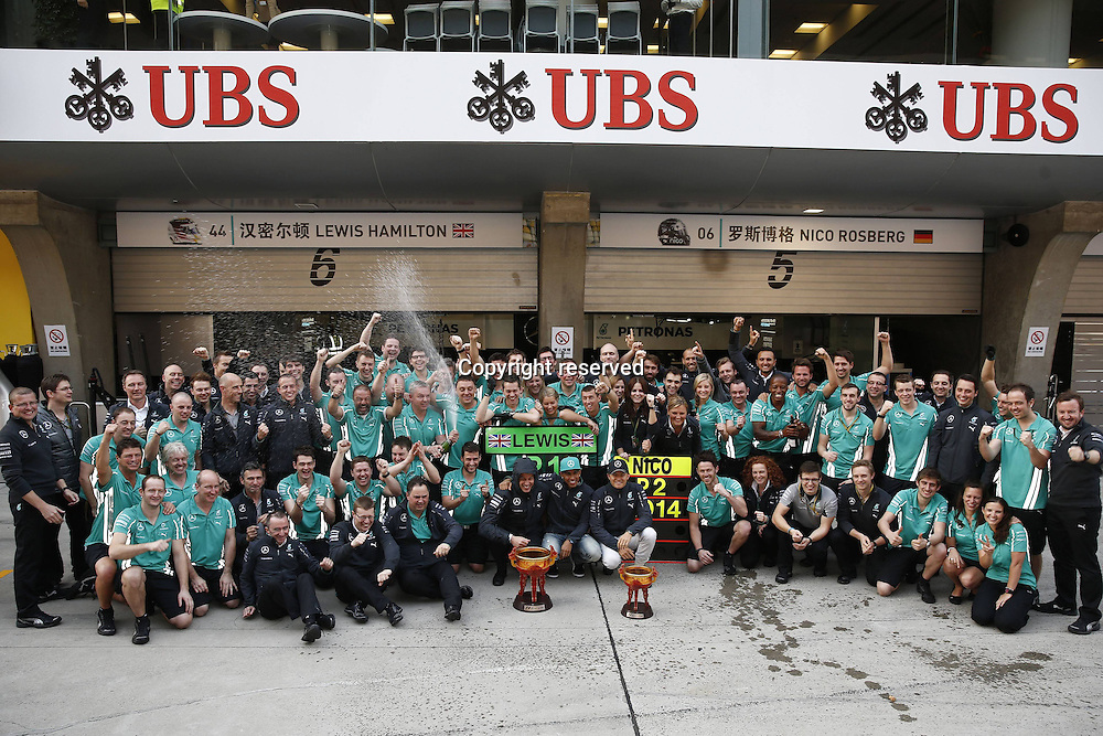 20.04.2014. SHanghai, China.  Motorsports: FIA Formula One World Championship 2014, Grand Prix of China, 44 Lewis Hamilton (GBR, Mercedes AMG Petronas F1 Team), 6 Nico Rosberg (GER, Mercedes AMG Petronas F1 Team) poses withg his team after coming in 2nd in the race