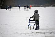 Nederland, NBijmegen, 12-2-2012Ijspret op de Wylerbergmeer ijsbaan. Een jongetje houdt zich vast aan de rollator van zijn oma.Foto: Flip Franssen/Hollandse Hoogte