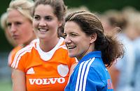 EINDHOVEN - Manager en oud-interbnational Fleur Reinigert-van de Kieft zaterdag bij de oefenwedstrijd tussen het Nederlands team van Jong Oranje Dames en dat van de Vernigde Staten. Volgende week gaat het WK-21 in Duitsland van start. FOTO KOEN SUYK