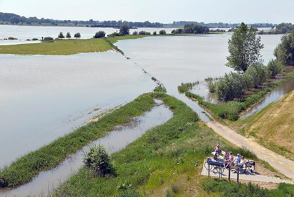 Nederland, Andelst, 8-6-2013Een groepje ouderen zit op een bankje aan de Waal.Door de regenval in Duitsland staat het water hoog voor de toijd van het jaar.Foto: Flip Franssen/Hollandse Hoogte