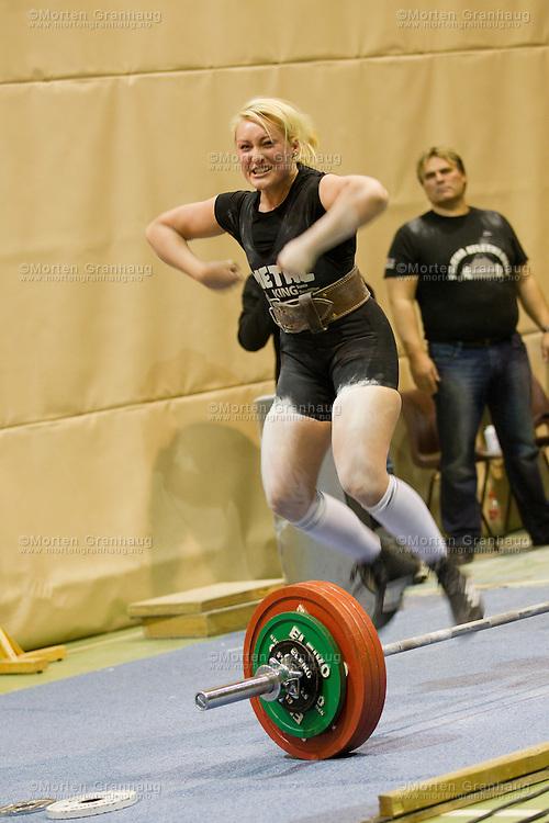 Regionmesterskap i styrkeløft på Melhus 25. februar 2012..Styrkeløft (engelsk; powerlifting) er en sport bestående av de tre øvelsene knebøy, benkpress og markløft. Antall kilo oppnådd i øvelsene summeres, og gir sammen med kroppsvekt grunnlaget for en kalkulert poengsum..Styrkeløft og den lignende sporten vektløfting blir ofte forvekslet, men likheten stopper ved at utøverne skal løfte så mye som mulig og har tre forsøk på å gjøre dette. Vektløfting består av de mer sammensatte øvelsene rykk og støt. Styrkeløftøvelsene knebøy og markløft er derimot blant de grunnleggende treningsøvelsene for vektløftere, som de er for en rekke andre utøvere.
