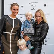 NLD/Staverden/20121004- Fotomodel Doutzen Kroes opent de 1e G-Star Women Store in Amsterdam, Lieke van Lexmond met zus Jetteke en kinderen