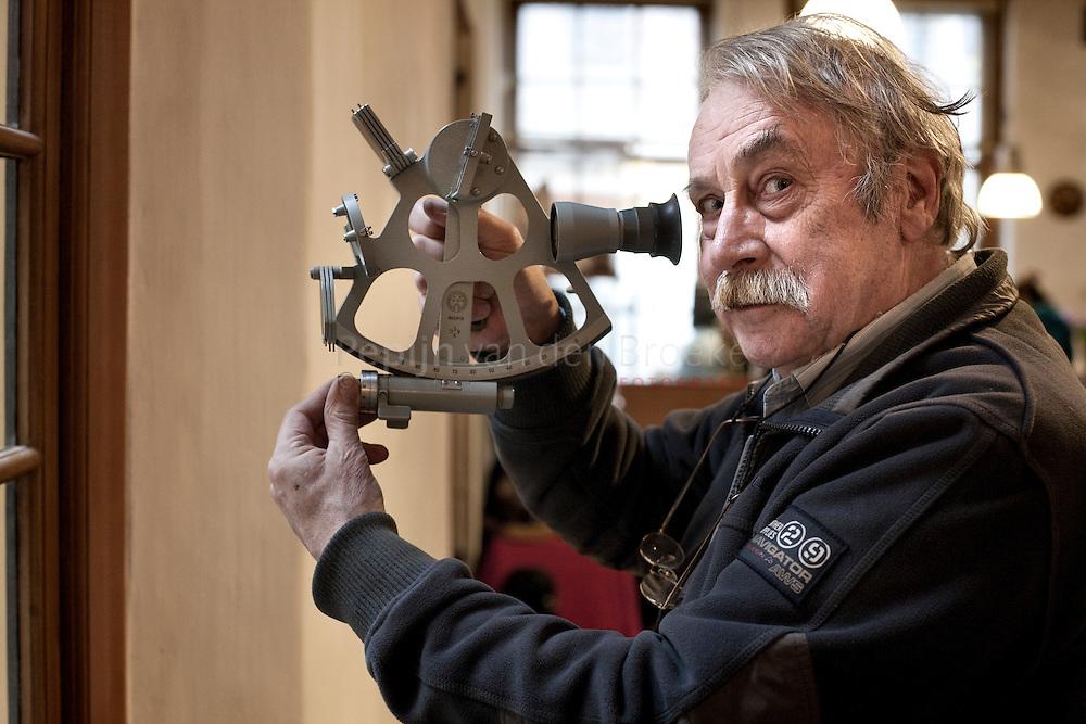 groningen 20110112. siebren van der werff met zijn sextant. foto: pepijn van den broeke.