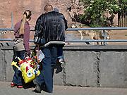 """Wölfe im Moskauer Zoo. Der Moskauer Zoo wurde 1864 eröffnet und ist damit der älteste Zoo Russlands. Hier werden rund 1000 Tierarten mit über 6.500 Exemplaren, vom Rotwolf über den Zobel bis zu den Elefanten, gehalten. Im """"Exotarium"""", einer Art Aquarium, kann man Unterwasserwelten samt Fauna tropischer Meere bewundern. Der Zoo wurde von 1990 bis 1997 grundlegend modernisiert und auf seine heutige Fläche von rund 21,5 Hektar erweitert. <br /> <br /> Wolfs at Moscow Zoo - train for children infront of a monument at the Moscow Zoo. The Moscow Zoo is the largest and oldest zoo in Russia - It was founded in 1864."""