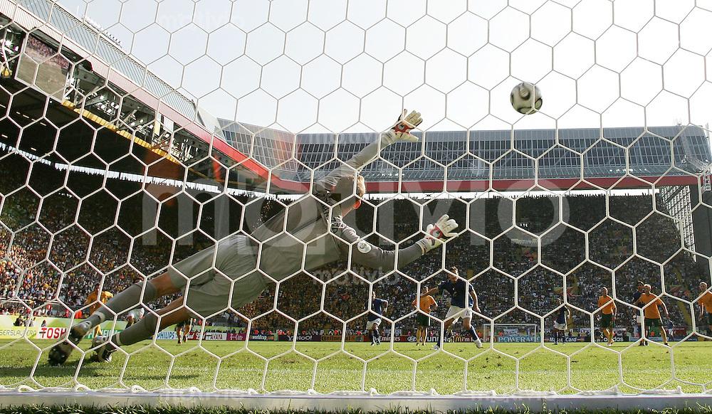 Fussball WM 2006   Achtelfinale   Italien 1-0 Australien Elfmetertor in der 90. Minute durch Francesco Totti (ITA) AUS Torwart Mark Schwarzer machtlos