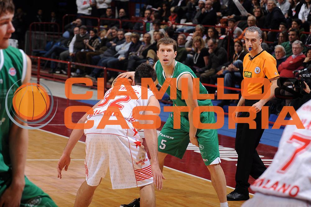 DESCRIZIONE : Milano Lega A 2009-10 Armani Jeans Milano Benetton Treviso<br /> GIOCATORE : Davor Kus<br /> SQUADRA : Benetton Treviso<br /> EVENTO : Campionato Lega A 2009-2010 <br /> GARA : Armani Jeans Milano Benetton Treviso<br /> DATA : 23/01/2010<br /> CATEGORIA : Palleggio<br /> SPORT : Pallacanestro <br /> AUTORE : Agenzia Ciamillo-Castoria/A.Dealberto<br /> Galleria : Lega Basket A 2009-2010 <br /> Fotonotizia : Milano Campionato Italiano Lega A 2009-2010 Armani Jeans Milano Benetton Treviso<br /> Predefinita :
