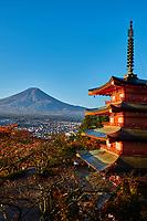 Japon, île de Honshu, région de Shizuoka, Fujiyoshida,  temple pagode Chureito et le mont Fuji // Japan, Honshu, Shizuoka, Fujiyoshida, Chureito Pagoda at Arakura-yama and Mount Fuji