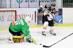 29.01.2017, Hala Tivoli, Ljubljana, SLO, EBEL, HDD Olimpija Ljubljana vs Moser Medical Graz 99ers, Platzierungsrunde, im Bild Evan Brophey of Graz 99ers vs Jeff Frazee of Olimpija // during the Erste Bank Icehockey League placement round match between HDD Olimpija Ljubljana and Moser Medical Graz 99ers at the Hala Tivoli in Ljubljana, Slovenia on 2017/01/29. EXPA Pictures © 2017, PhotoCredit: EXPA/ Sportida/ Morgan Kristan<br /> <br /> *****ATTENTION - OUT of SLO, FRA*****