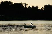 Pêcheur sur le lac de la Gruyère; Hauteville. Hobbyfischer auf dem Greyerzersee bei Hauteville.