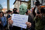 """Menschenmenge während dem Wahlkampfauftritt zur Europawahl der Oppositionspartei CSSD in Tschechien im Prager Stadtteil Holesovice. Ein als Fantomas verkleideter Anti CSSD Demonstrant mit dem Slogan """"Jirko (Jiri Paroubek) Enttaeusche mich nicht und höre nicht auf zu Schaden und Angst zu machen. Dein Freund L."""" ."""