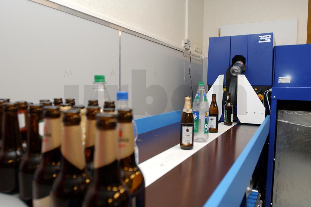 07 JUL 2003, BERLIN/GERMANY:<br /> Rueckseite, Pfandautomaten fuer Einweg- und Mehrwegflaschen, Netto-Markt, Eschengraben 47<br /> IMAGE: 20030707-01-004<br /> KEYWORDS: Flaschenpfand, Einwegflaschen, Ruecknahme, Rücknahme, Flaschenrücknahme, Rückseite