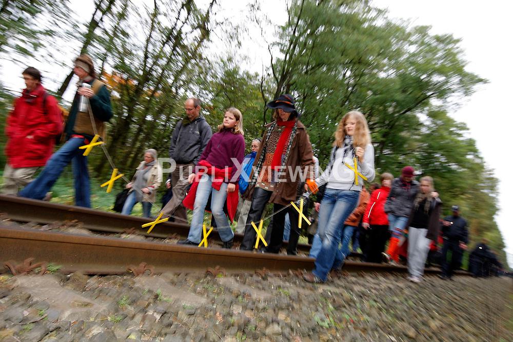 Kurz vor dem Umladebahnhof in Dannenberg versammeln sich Castorgegner zum sonntaglichen Spaziergang. Zun&auml;chst gehen sie, in Begleitung der Polizei, friedlich auf dem Bahndamm und lassen den Personenzug passieren. Am &Uuml;bergang Posade kommt es zu Handgreiflichkeiten, als die Polizei ein Kletterband durchschneidet. <br /> <br /> Ort: Posade<br /> Copyright: Andreas Conradt<br /> Quelle: PubliXviewinG