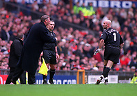 Alex Ferguson the Man Utd Manager shouts instructions to Goalkeeper Fabien Barthez. Manchester United v Liverpool. FA Premiership, 17/12/2000. Credit: Colorsport / Andrew Cowie.