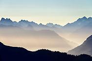 Impressionen am Güggisgrat zwischen Niederhorn (1934) und Gemmenalphorn (2061) oberhalb Interlaken an einem späten Sommertag Ende August. Blick in die Alpen und ins Haslital in Richtung Grimselpass.