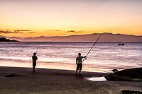 Homens pescando ao por do sol na Praia da Daniela. Florianópolis, Santa Catarina, Brasil. / Men fishing at sunset in Daniela Beach. Florianopolis, Santa Catarina, Brazil.