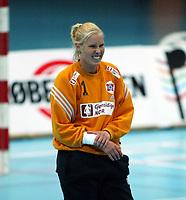 Håndball, 26. september 2002. Treningskamp, Norge - Jugoslavia 31-19. Heide Tjugum Mørk, Norge, spilte en kjempekamp, men hadde tydelig vondt i den ene armen.