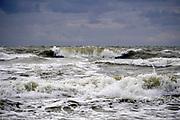 Nederland, the netherlands, Wijk aan zee, 1-9-2018 Aan zee . Door de stevige wind worden de golven hoger en woester.Foto: Flip Franssen