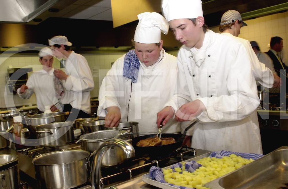 RIJSSEN<br /> VMBO leerlingen bezig met bakken en koken ivm regionale vakwedstrijd op De Reggestijn in Rijssen,<br /> <br /> Editie: REGIO<br /> <br /> fotografie frank uijlenbroek&copy;2006 michiel van de velde<br /> TT20060426