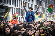 Frankfurt | 18 March 2017<br /> <br /> Am Samstag (18.02.2017) feierten &uuml;ber 30000 Kurden im Rahmen einer Demonstration das kurdische Neujahrsfest Newroz, bei der Demo sprachen sie sich gegen eine Diktatur und f&uuml;r die Freilassung von PKK-F&uuml;hrer Abdullah &Ouml;calan aus.<br /> Hier: Die Kundgebung nach der Demo findet im Europaviertel statt, ein kleiner Junge sitzt auf den Schultern von Demonstranten und hebt die Finger beider H&auml;nde zum Victory-Zeichen.<br /> <br /> photo &copy; peter-juelich.com<br /> <br /> Nutzung honorarpflichtig!