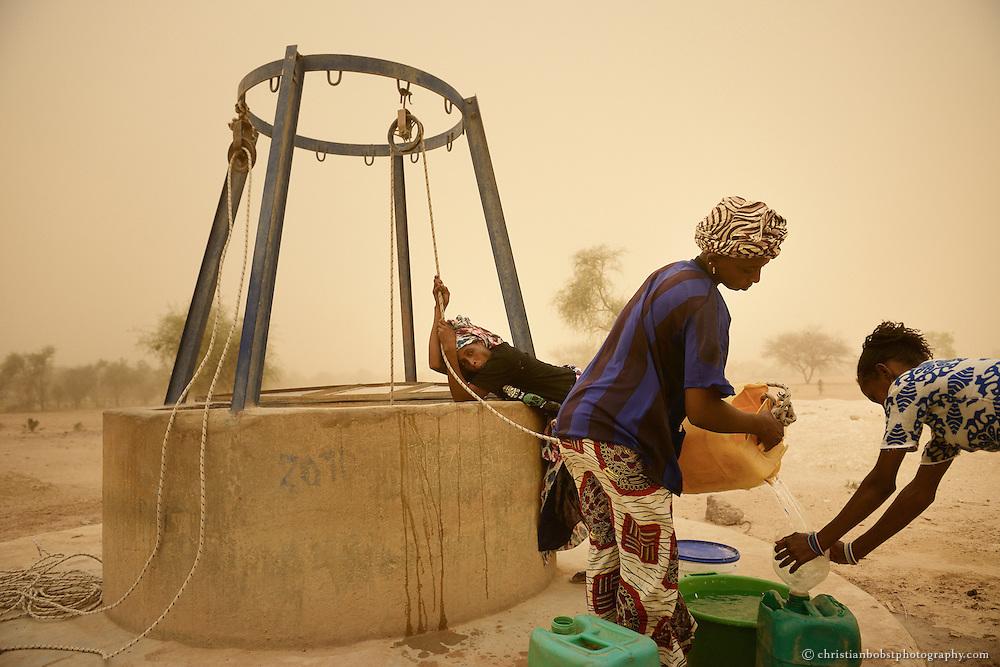 Dank eines von HEKS mitfinanzierten Brunnens können Frauen vor ihren Häusern etwas ausserhalb von YOUNOUFERE liegen, einen kleinen Garten anlegen und Gemüse anbauen.