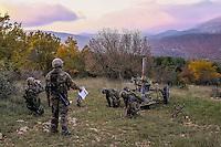 Differentes etapes a effectuer avant le d&eacute;part du coup: affichage des elements de tir, pointage, preparation des charges, chargement de la piece et action de percution &agrave; l'aide du cordon tire-feu.<br /> &quot;Toujours a l'affut, jamais ne renonce&quot;<br /> Cree par decret consulaire le 13 mai 1803 a Rochefort, le 3e Regiment d&rsquo;Artillerie de MArine est l&rsquo;un des plus vieux regiments de l&rsquo;armee de terre et l&rsquo;un des plus decores de l&rsquo;artillerie.<br /> Forts d&rsquo;un passe glorieux, les 800 bigors qui le composent maintiennent les traditions de rusticite et de faculte d&rsquo;adaptation qui caracterisent les Troupes de Marine. <br /> Soudes au sein d&rsquo;une brigade prestigieuse, les bigors du 3eme qui se distinguent par leur aptitude a faire face a toute situation avec rigueur et enthousiasme, servent aux quatre coins du monde.<br /> Ils mettent principalement en &oelig;uvre des canons CAESAR 155mm, des mortiers de 120mm, des postes de tirs MISTRAL ainsi que des canons de 20 mm.<br /> Engage dans la numerisation de l&rsquo;espace de bataille, le regiment est equipe du systeme d&rsquo;automatisation des tirs et des liaisons de d&rsquo;artillerie sol-sol (ATLAS)<br /> On appelle &ldquo;bigors&rdquo; les militaires servant dans les regiments d'artillerie de marine par opposition a &laquo;&nbsp;marsouin&nbsp;&raquo; qui designe l'infanterie de marine. (RIMA)