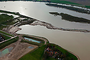 Nederland, Limburg, Gemeente Stein, 15-11-2010; Meers, Grensmaas. Graafmachines staan in het hoogwater. Er wordt gewerkt aan gronddepot in  het kader van de Maaswerken. Recht van het dijkje de stroomgeul die reeds verbreed is. Grensmaas project is een samenspel van rivierbeveiliging door stroomgeulverbreding en oeververlaging, natuurontwikkeling en ontgrinding..Meers, excavators in high water, work for a soil depot of the Meuse Project. To the right the widened stream channe of the river. Grensmaas (Border Meuse) project is a combination of security by stream channel widening and bank reduction, habitat development and 'de-gravelisation')..luchtfoto (toeslag), aerial photo (additional fee required).foto/photo Siebe Swart