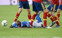 FUSSBALL  EUROPAMEISTERSCHAFT 2012   FINALE Spanien - Italien            01.07.2012 Mario Balotelli (Italien) muss sich der vielbeinigen Abwehr geschlagen geben