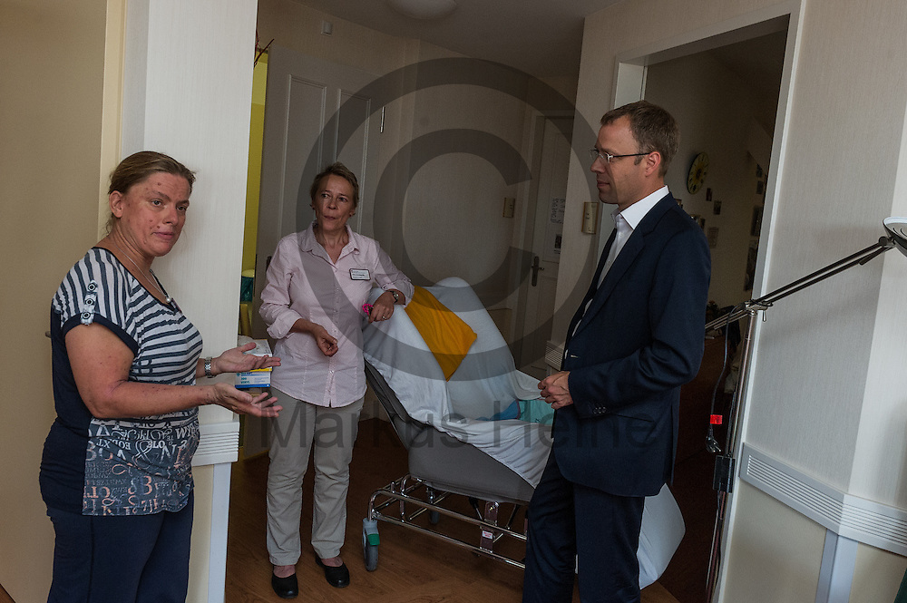 Der Senator f&uuml;r Gesundheit und Soziales Mario Czaja (CDU) unterh&auml;lt sich bei dem Besuch eines Altenheims Agaplesion Bethanien Haus Bethesda am 08.06.2016 in Berlin, Deutschland mit einer Pflegekraft. Der Landespflegeplan behandelt Themen der &auml;lter werdenden Stadt und Antworten auf die kommenden Herausforderungen. Foto: Markus Heine / heineimaging<br /> <br /> ------------------------------<br /> <br /> Ver&ouml;ffentlichung nur mit Fotografennennung, sowie gegen Honorar und Belegexemplar.<br /> <br /> Bankverbindung:<br /> IBAN: DE65660908000004437497<br /> BIC CODE: GENODE61BBB<br /> Badische Beamten Bank Karlsruhe<br /> <br /> USt-IdNr: DE291853306<br /> <br /> Please note:<br /> All rights reserved! Don't publish without copyright!<br /> <br /> Stand: 06.2016<br /> <br /> ------------------------------w&auml;hrend der Vorstellung des Landespflegeplan am 08.06.2016 in Berlin, Deutschland. Der Landespflegeplan behandelt Themen der &auml;lter werdenden Stadt und Antworten auf die kommenden Herausforderungen. Foto: Markus Heine / heineimaging<br /> <br /> ------------------------------<br /> <br /> Ver&ouml;ffentlichung nur mit Fotografennennung, sowie gegen Honorar und Belegexemplar.<br /> <br /> Bankverbindung:<br /> IBAN: DE65660908000004437497<br /> BIC CODE: GENODE61BBB<br /> Badische Beamten Bank Karlsruhe<br /> <br /> USt-IdNr: DE291853306<br /> <br /> Please note:<br /> All rights reserved! Don't publish without copyright!<br /> <br /> Stand: 06.2016<br /> <br /> ------------------------------