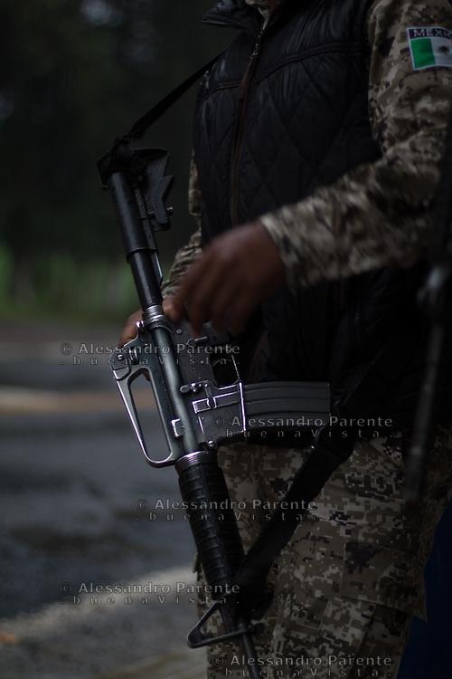 M16, fucile d'assalto in dotazione del corpo comunitario, i primi anni di lotta al cartello sono stati affrontati con armi di scarsa efficacia, oggi la guardia comunitaria e' stata riconosciuta come corpo statale e dotata di armamentario alla pari di altri corpi di polizia.