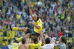 30-04-2011 VOETBAL: BORISSIA DORTMUND - FC NURNBERG: DORTMUND<br /> Leonardo de Deus Santos Dede (Dortmund BRA #17) wird von Mitspielern hochgeworfen<br /> ***NETHERLANDS ONLY***<br /> ©2011- FotoHoogendoorn.nl/nph-Scholz