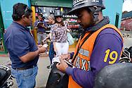Motorizados  de la Cooperativa de Moto Taxi  ? Gente de Baruta?  trabajan llevando clientes en sus motos a los diferentes destinos de la ciudad..Con el casco Puesto, Cooperativas de moto taxi en Caracas, Venezuela..Foto: (Ramon Lepage/ Orinoquiaphoto)..