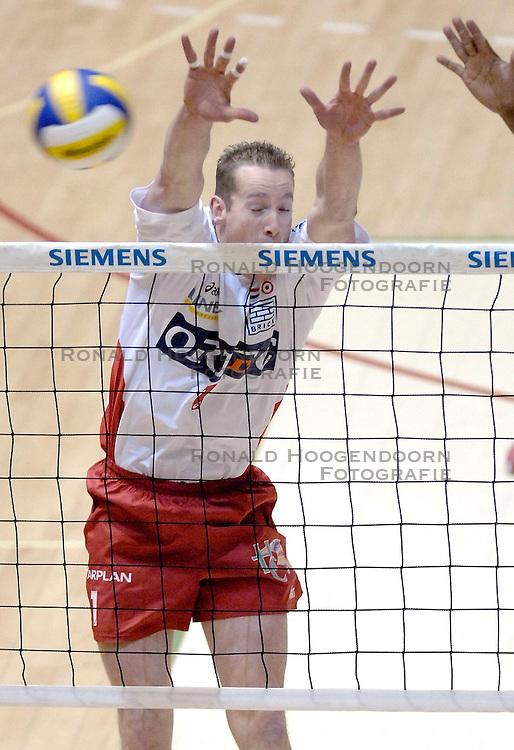 04-03-2006 VOLLEYBAL: FINAL 4 HEREN: PIET ZOOMERS D - ORTEC NESSELANDE: ROTTERDAM<br /> In een mooie halve finale werd Piet Zoomers D met 3-1 verslagen door Ortec Nesselande / Kristian van der Wel <br /> Copyrights 2006 WWW.FOTOHOOGENDOORN.NL