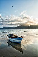 Barco de pesca sobre a areia na Praia do Pântano do Sul. Florianópolis, Santa Catarina, Brasil. / Fishing boat on the sand at Pantano do Sul Beach. Florianopolis, Santa Catarina, Brazil.