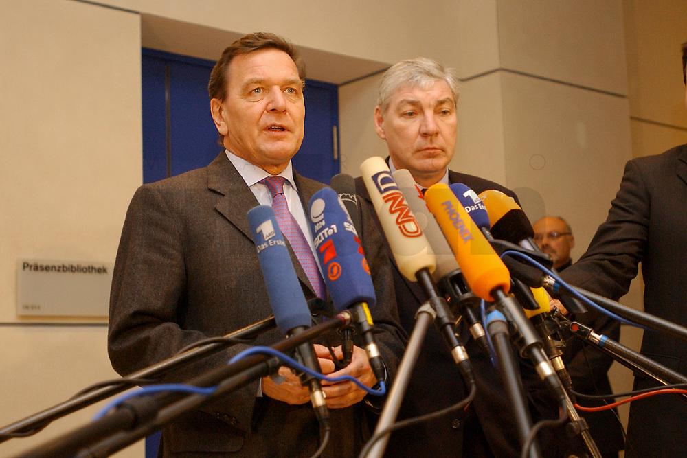 03 DEC 2002, BERLIN/GERMANY:<br /> Gerhard Schroeder (L), SPD, Bundeskanzler, und Michael Sommer (R), Vorsitzender Deutscher Gewerkschaftsbund, DGB, geben ein kurzes Pressestatement, nach einer Sitzung des SPD Gewerkschaftsrates, Deutscher Bundestag<br /> IMAGE: 20021203-02-010<br /> KEYWORDS: Gerhard Schr&ouml;der, Mikrofon, microphone