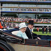 ASCOT, ENGLAND - JUNE 18:  Queen Elizabeth II , Prince Philip, Duke of Edinburgh, Prince Andrew, Duke of York and Mohammed bin Rashid Al Maktoum arrive for Ladies Day at Ascot Racecourse on June 18, 2009 in Ascot, England.  (Photo by Marco Secchi/Getty Images)