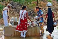 Inde, Gujarat, Kutch, village de Dhrang, population Ahir, femmes venuent chercher de l'eau au puits // India, Gujarat, Kutch, Dhrang village, Ahir ethnic group, women at water well