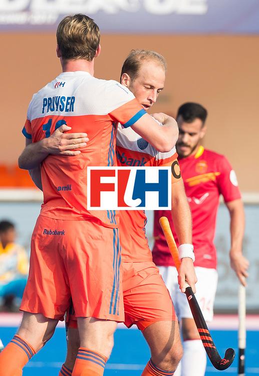BHUBANESWAR -  Billy Bakker (Ned) met Mirco Pruijser (Ned)   tijdens  de Hockey World League Final wedstrijd Nederland-Spanje (2-3).  COPYRIGHT  KOEN SUYK