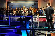 Prinses Máxima geeft startsein 'Girlsday' voor bètawetenschap en techniek bij TNO in Den Haag.Ruim 300 bedrijven en onderwijsinstellingen door heel Nederland openen op deze dag hun deuren om meisjes enthousiast te maken voor techniek. <br /> <br /> Princess Máxima launches' Girls Day'for exact sciences and technology at TNO in The Haugue.Over 300 companies and educational institutions throughout the Netherlands open their doors on this day. <br /> <br /> Op de foto / On the photo:  Prinses Maxima verrichtte de openingshandeling in het test bassin van TNO Den Haag door een Sonar apparaat omhoog te halen<br /> <br /> Princess Maxima performed by a sonar device to pick up the opening act in the test basin TNO The Hague